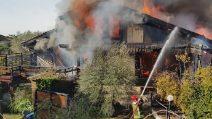 Le fiamme distruggono una villa a Casal Paolocco: le operazioni dei vigili del fuoco