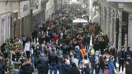 Roma, primo week-end in zona gialla: le vie del centro affollate