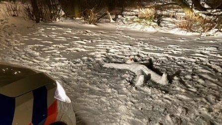 """C'è un """"corpo"""" immobile nella neve, la polizia si avvicina e scopre l'arcano"""