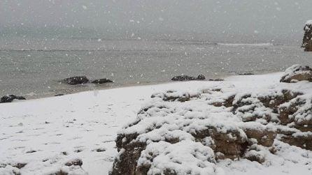 Ondata di gelo in Puglia: nevica in spiaggia sul golfo di Taranto
