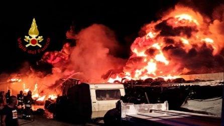 A fuoco deposito di gomme: fiamme alte 20 metri minacciano case e auto