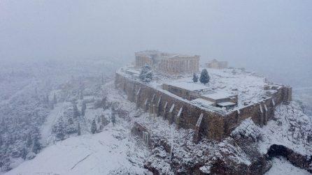Neve ad Atene, l'Acropoli è completamente imbiancata