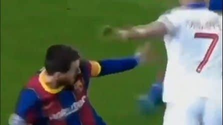 Il dribbling di Mbappé su Lionel Messi che resta a guardare