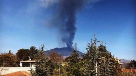 L'Etna erutta ancora: si alza una colonna di fumo e cenere altissima