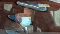 Il principe Carlo fa visita a suo padre Filippo in ospedale, le foto dell'arrivo in macchina