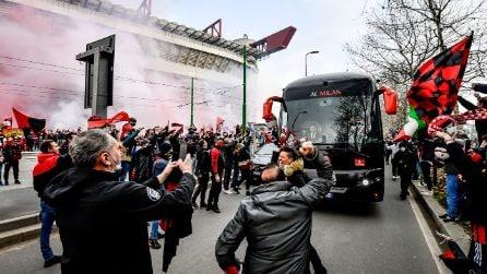 Milan-Inter, le immagini dei tifosi fuori allo stadio che fanno discutere
