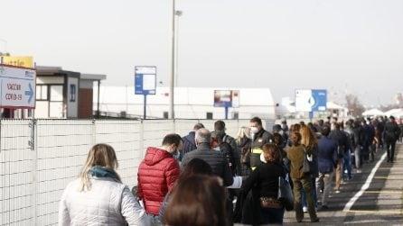 Roma, lunga fila a Fiumicino: via alla campagna vaccinale per il personale scolastico