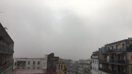"""Ancora nebbia a Napoli: la città """"sparisce"""" sotto la coltre bianca"""
