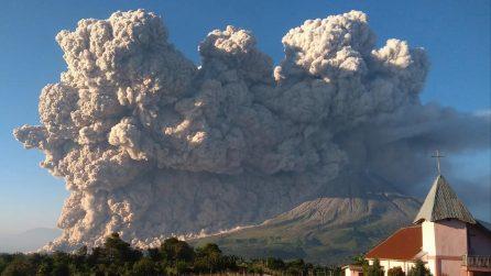 L'eruzione impressionante del vulcano Sinabung
