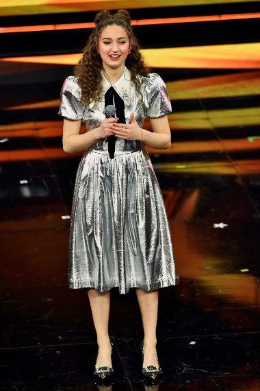 La giovane cantante sceglie un abito argento con colletto gioiello