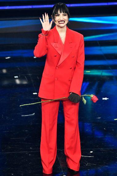 La cantante per la prima serata di Sanremo sceglie un look mannish con tailleur rosso fuoco