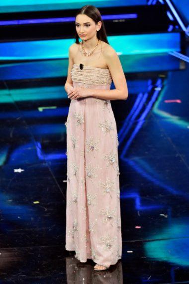 La ormai celebre infermiera divenuta simbolo della lotta al Covid appare sul palco bellissima con un abito rosa pastello dal corpetto strapless e decori gioiello