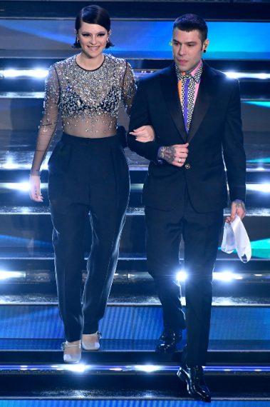 Il duo appare sul palco con look eleganti e chic