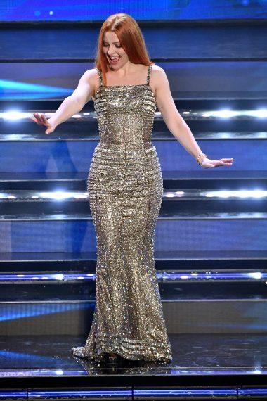 La cantante esibisce un nuovo hair look con capelli liscissimi e indossa un abito in tulle ricoperto di cristalli Swarovksi