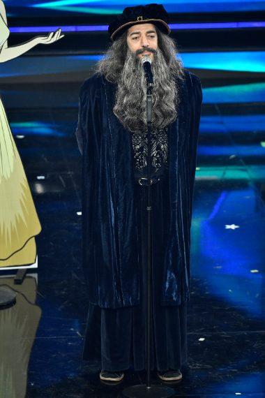 Il cantante sale sul palco impersonando Leonardo da Vinci con lungo abito sulle cui spalle è cucito con strass il nome del personaggio e il numero 11