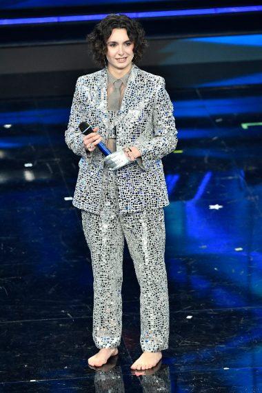 La cantante sale sul palco con abito specchiato e senza scarpe