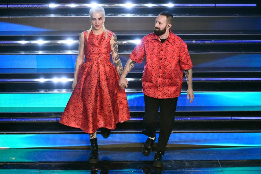 Il duo sceglie look coordinati con capi dalla stampa snake in total red