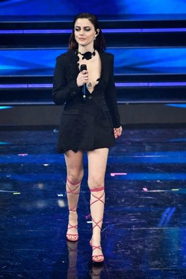 La cantante sceglie un look scuro con sandali alla schiava e sexy scollatura