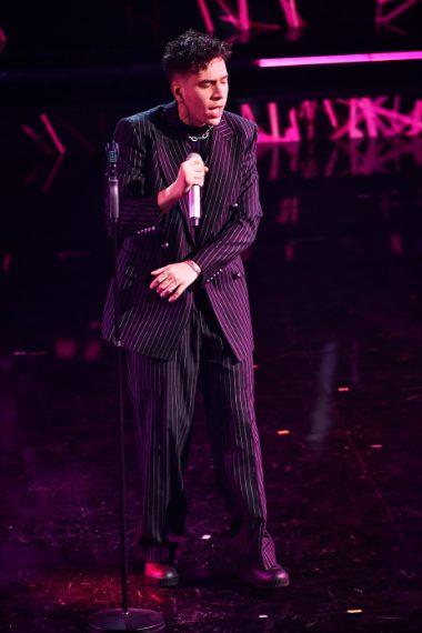 Il rapper indossa completo oversize gessato con giacca doppiopetto