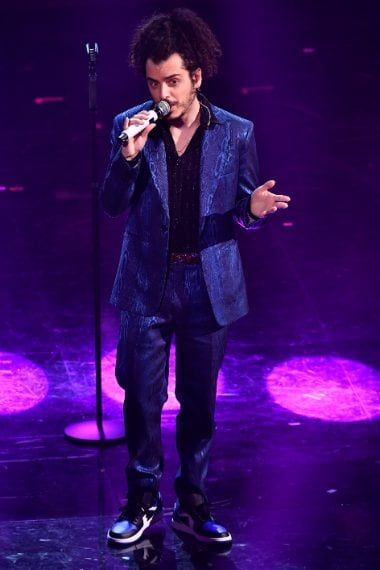 Completo blu dal tessuto cangiate su camicia lucente per il cantante