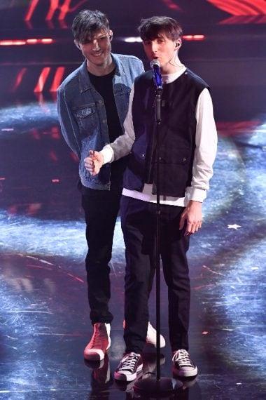 I due giovani cantanti scelgono look casual con capi in denim e snakers