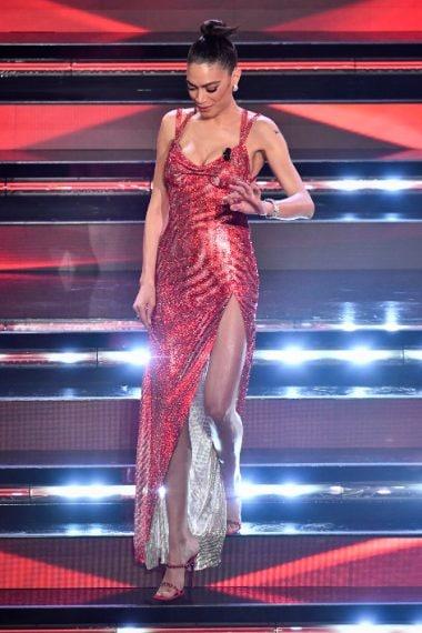 Elodie indossa un lungo abito rosso ricoperto di cristalli con maxi spacco