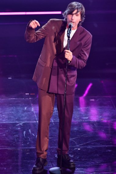 Il cantante sceglie un completo oversize in marrone