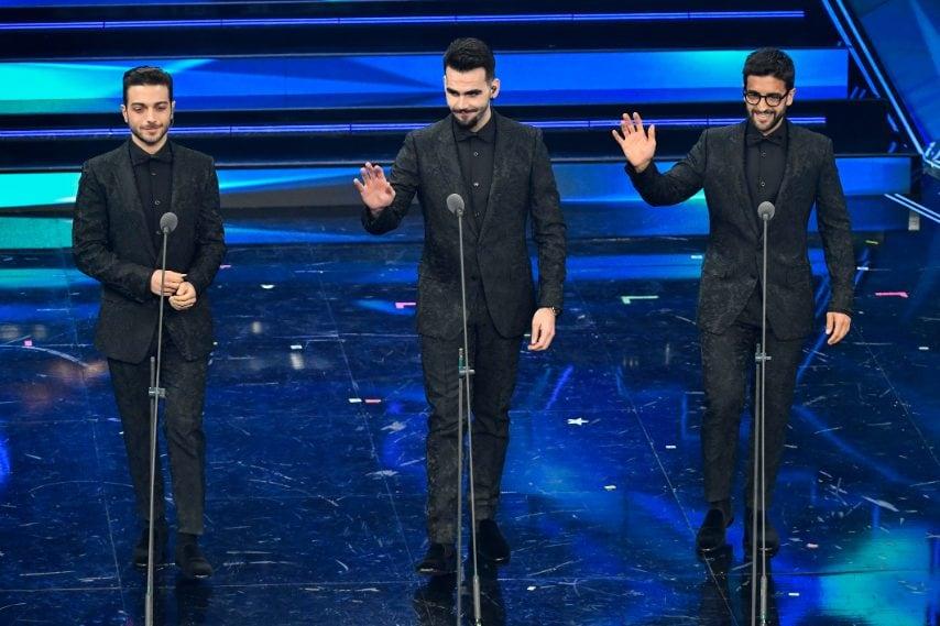 Tre completi in broccato total black per i componenti del trio