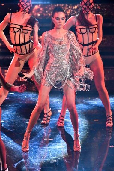 Per il secondo look la cantante sceglie un mini dress con lunghe frange argentate