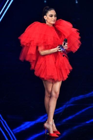 La cantante sceglie per la terza uscita sul palco un abito vaporoso in tulle rosso