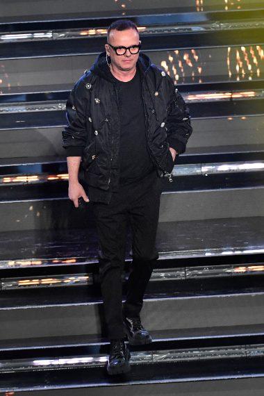 Il cantante veste da rapper sul palco di Sanremo con maxi bomber nero con applicazioni metalliche