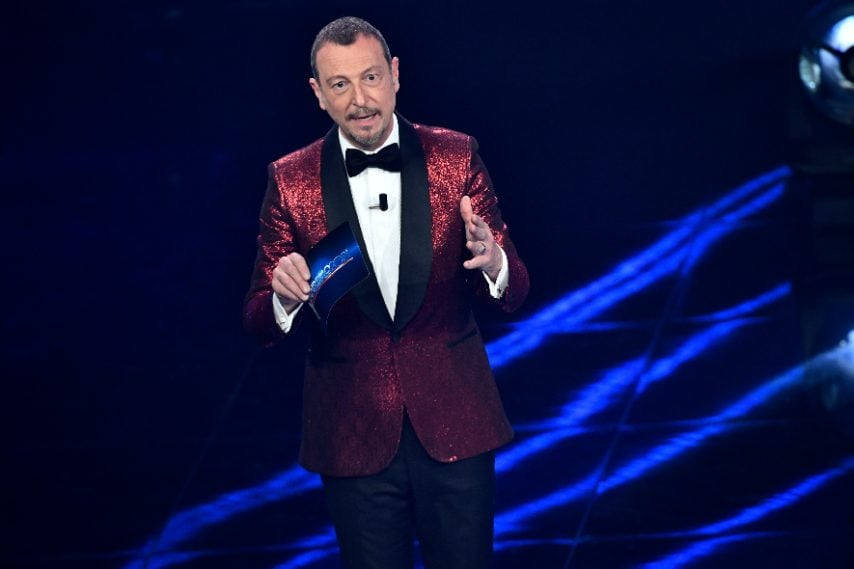 Amadeus indossa una giacca rossa scintillante con i rever neri a contrasto
