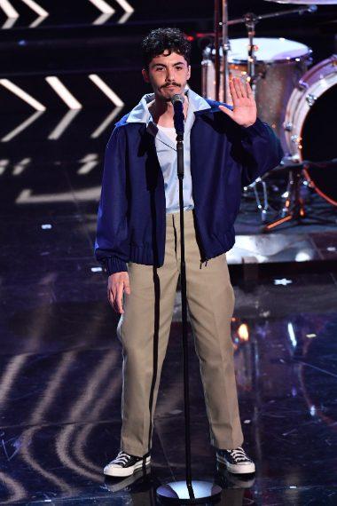 Il cantante indossa giacca bomber su pantaloni kaki
