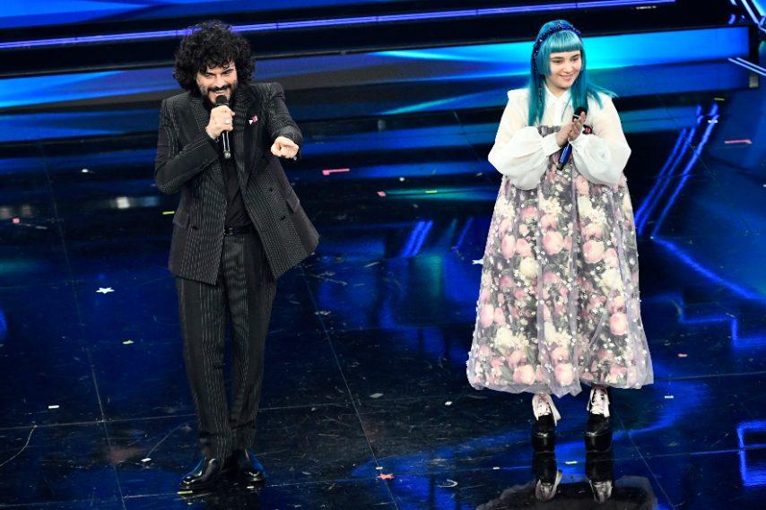 La vincitrice di X-Factor indossa un maxi abito a fiori