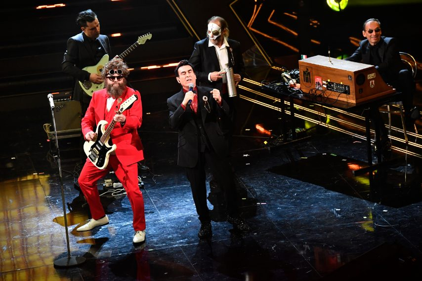 Smiking total red o in nero per i cantanti sul palco