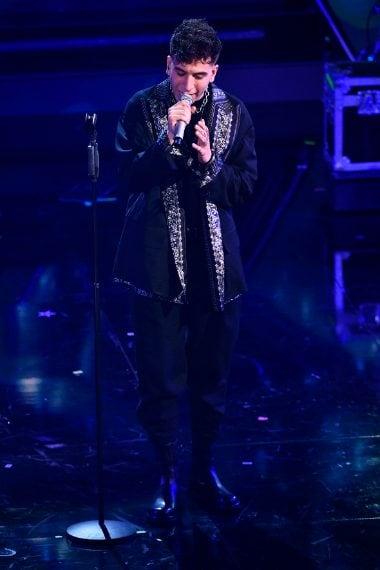 Il rapper sceglie una particolare giacca con rever gioiello