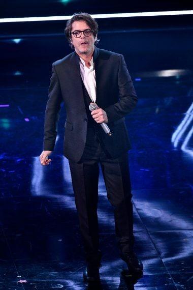 Giacca senza collo per il cantante sul palco