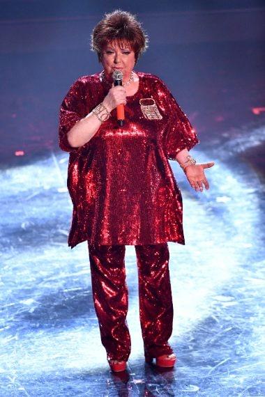 La cantante sceglie un completo con paillettes rosse