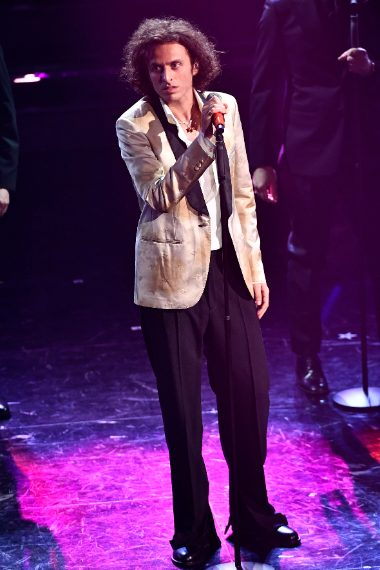 """Il cantante sceglie un particolare smoking con tuxedo dalla stampa """"bruciata"""""""
