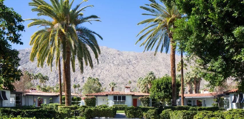 Attraversando i continenti e l' Avalon Hotel & Bungalows a Palm Springs trasmette il periodo d'oro dell'età dell'oro del deserto con il design di Kelly Wearstler e gli accenti della metà del secolo. All'esterno, giardini ben curati, alte palme e il deserto incombente sono tutti a portata di mano, con biciclette gratuite fornite per esplorare più da vicino le montagne circostanti.