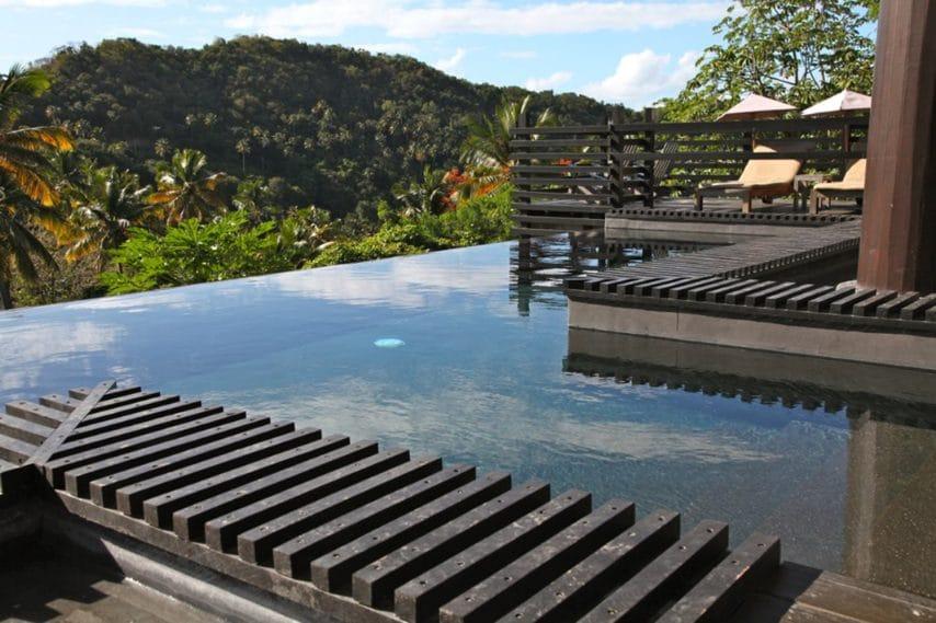 C'è un'atmosfera contrastante al Rabot Hotel From Hotel Chocolat, dove il marchio britannico Hotel Chocolat ha trasformato la più antica fattoria di cacao di Santa Lucia in una serie di cottage suggestivi definiti da tetti in legno a falda e muri in pietra.