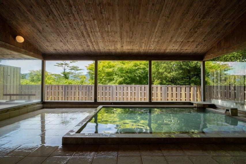 È una sensazione simileall'Hakone Retreat före & villa 1 / fdi Hakone, in Giappone, dove l'hotel da 48 camere è letteralmente situato nel cuore della natura.Immersi in una foresta e collegati da un sentiero, undici cottage sono accompagnati da bagni termali all'aperto che si affacciano su uno stagno e sono abbracciati dai suoni rilassanti del vento, del fruscio degli alberi, dell'acqua che scorre e degli uccelli della foresta.