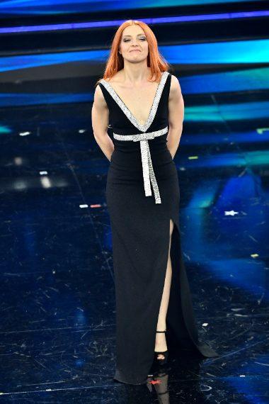 La cantante sale sul palco con abito nero dalla maxi scollatura