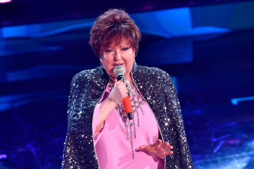 La cantante indossa anelli con il suo nome