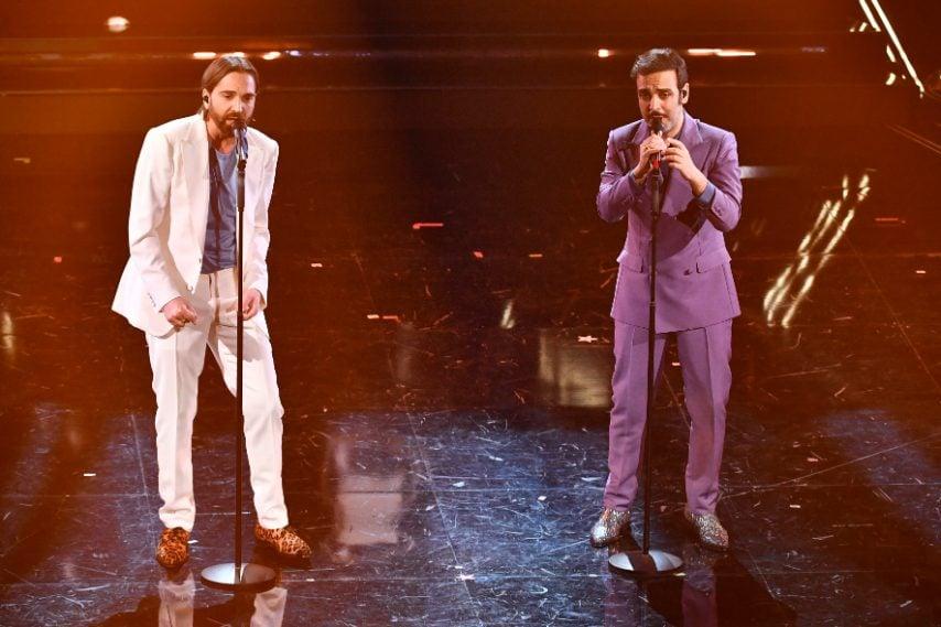 I due cantanti sceglono completi dai colori pastello e white