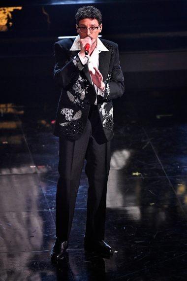 Il cantante indossa una giacca con ricamo floreale