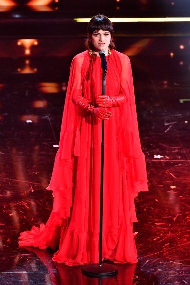 La cantante sceglie un lungo abito rosso