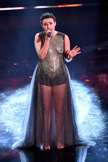 La cantante indossa un lungo abito con decoro sul seno