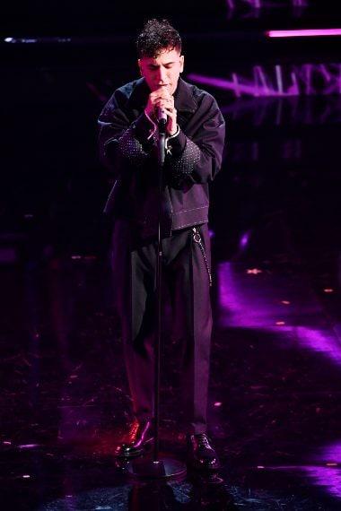 Il cantante sceglie una giacca oversize dalle cuciture in vista