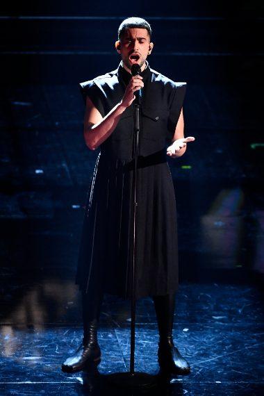 Abito nero pe ril cantante a Sanremo